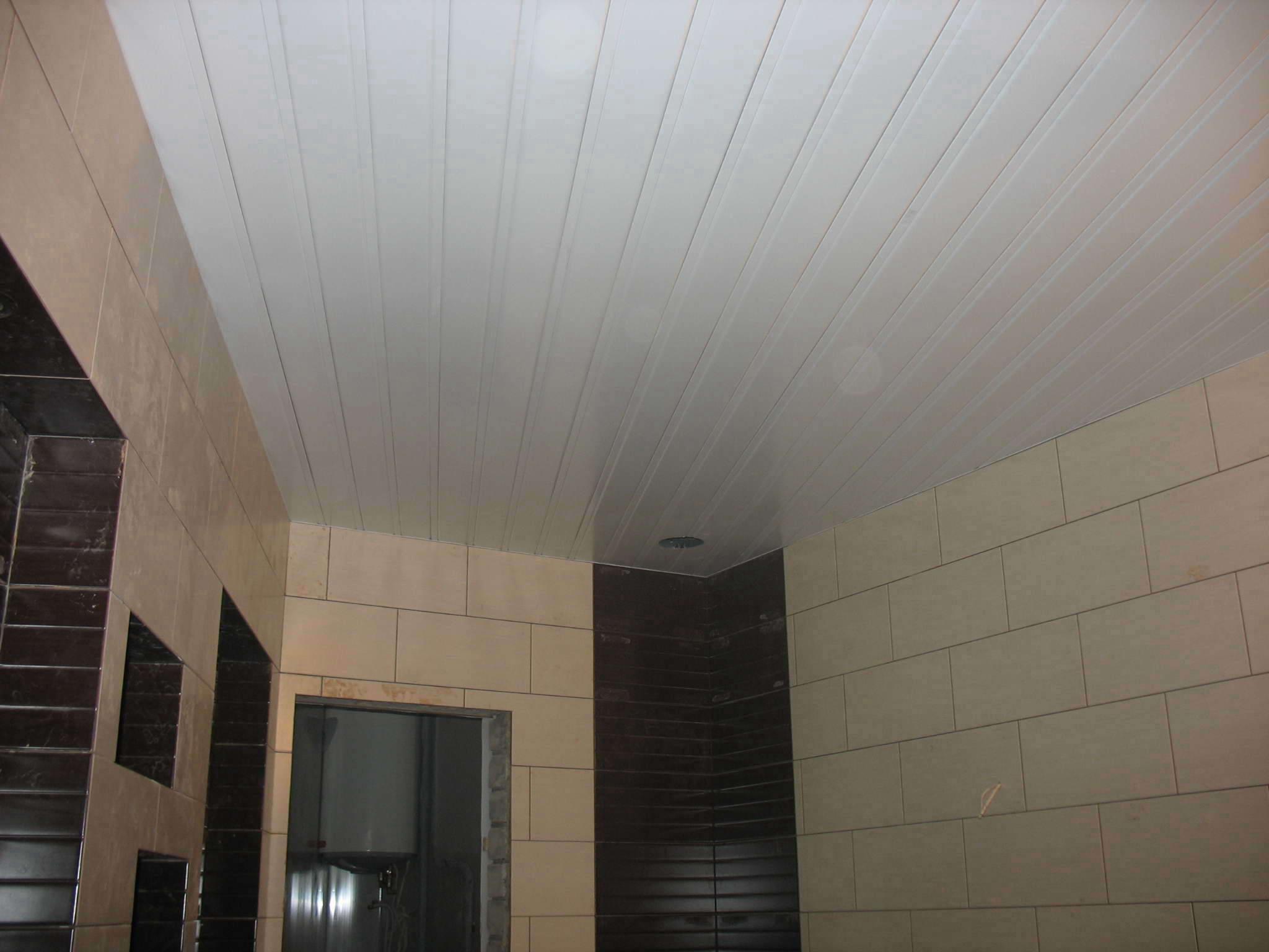 Алюминиевые реечные подвесные потолки, продажа и монтаж п....