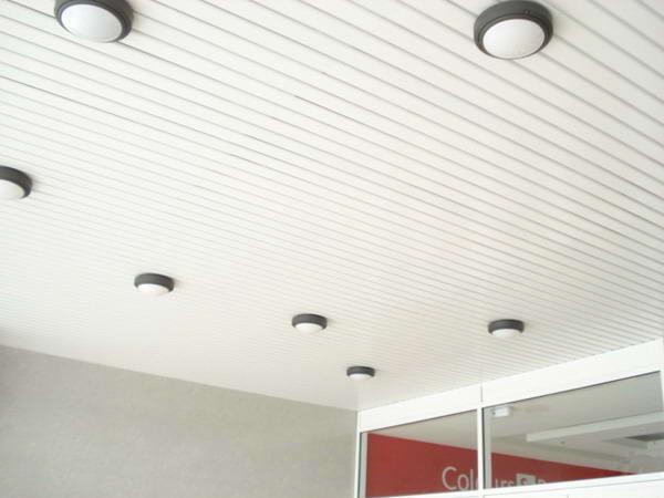 Монтаж подвесного потолка из панелей.